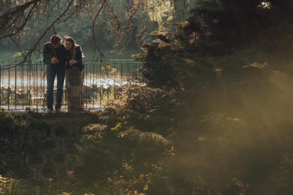 wiosenna sesja narzeczeńska romantyczny spacer w parku Zdrowie Łódź fotograf ślubny łódź warszawa