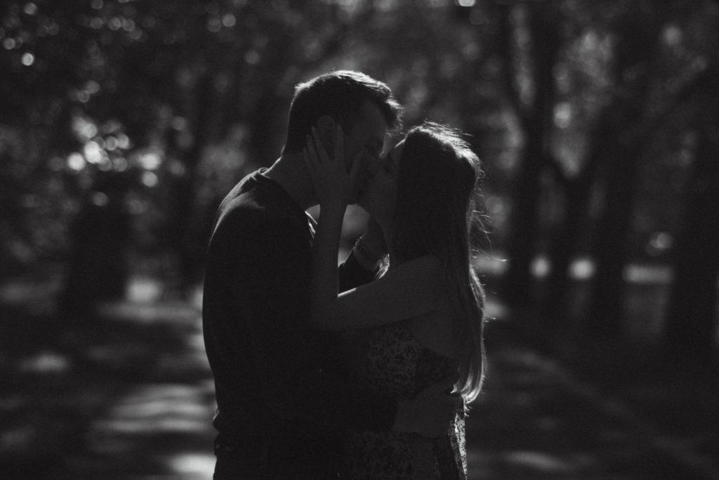 wiosenna sesja narzeczeńska para pocałunek fotograf ślubny łódź warszawa