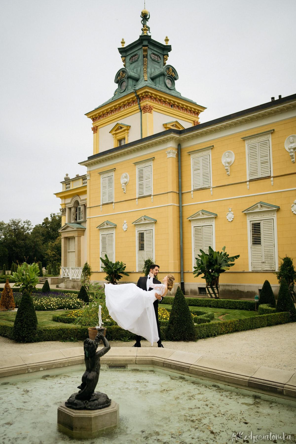 wesele polsko-brazylijskie sesja ślubna w wilanowie w ogrodach wilanowskich para sesja poślubna plener fotograficzny fotograf warszawa łódź sesja po ślubie pałac panna młoda noszona na rękach