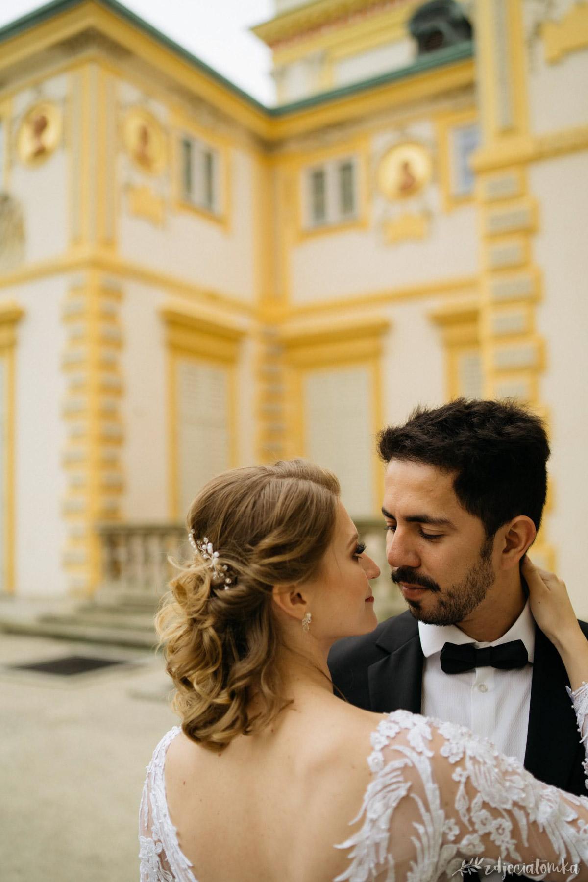 wesele polsko-brazylijskie sesja ślubna w wilanowie w ogrodach wilanowskich para sesja poślubna plener fotograficzny fotograf warszawa łódź sesja po ślubie zakochani bliskość