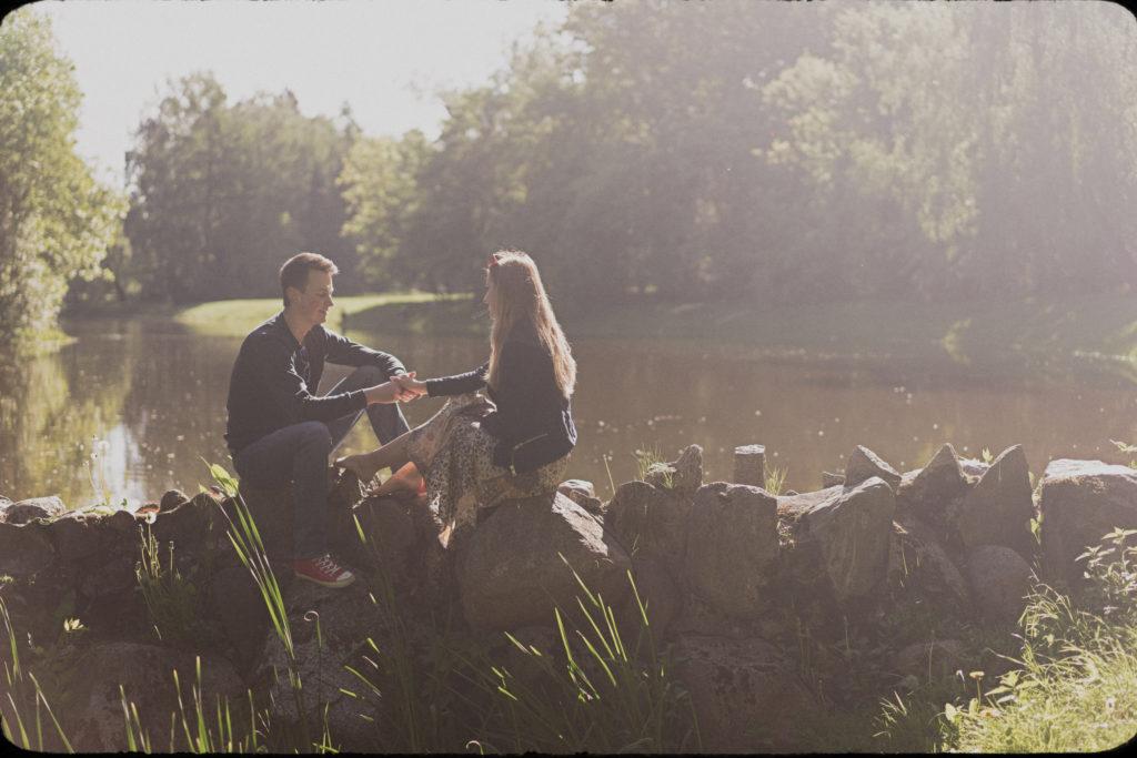 wiosna park zdrowie łódź fotograf ślubny warszawa trawa woda słońce romantycznie boho tama