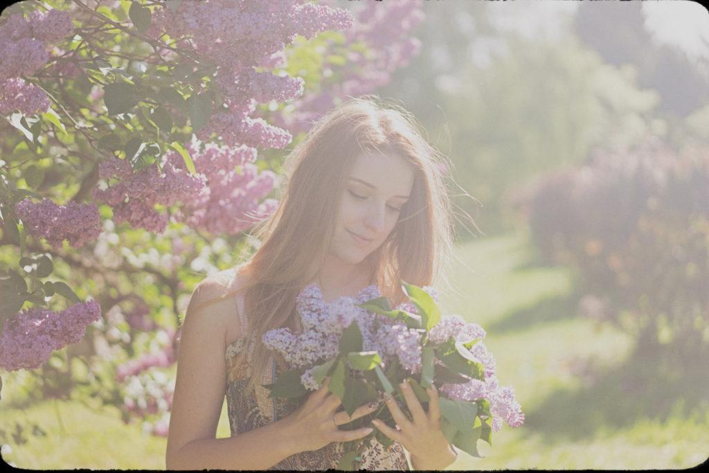 wiosenna sesja narzeczeńska zaręczyny bukiet kwiatów kobieta dziewczyna bez fotograf ślubny łódź warszawa