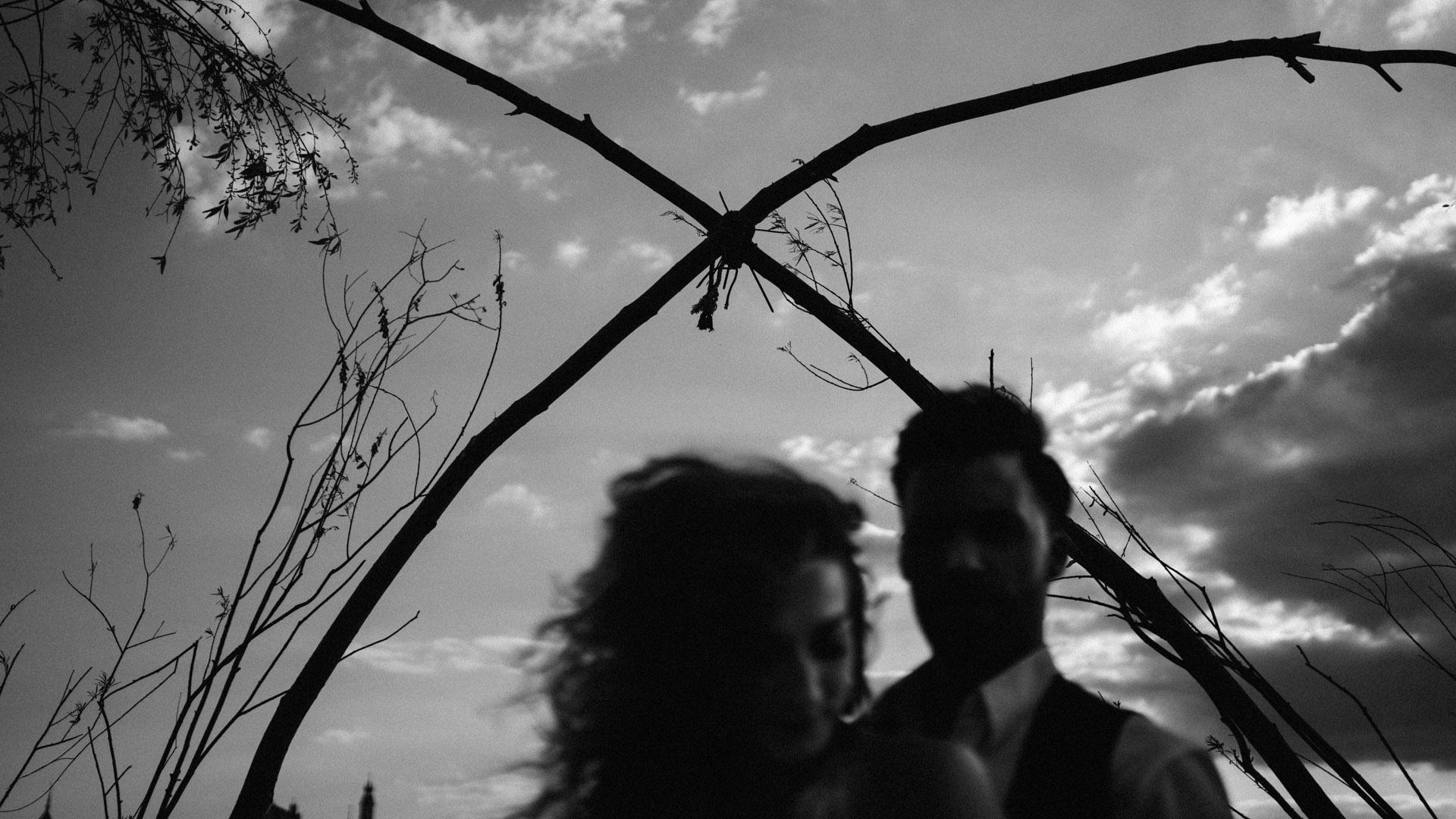 sesja fotograficzna w stylu boho bw blackandwhite niebo romantyczna chwila