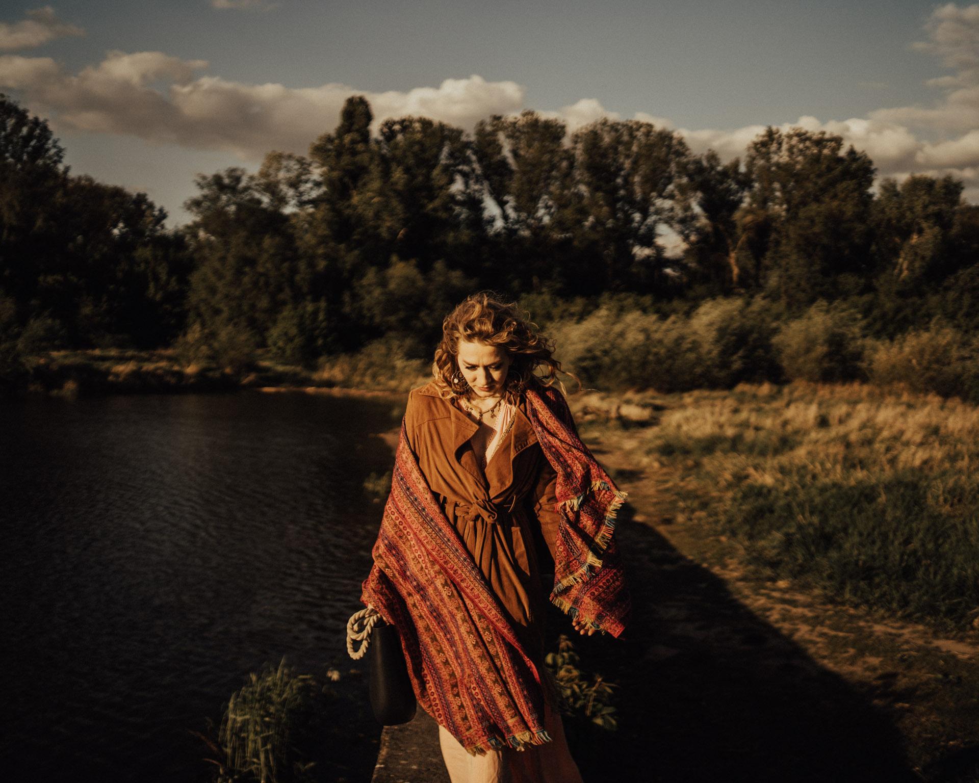 sesja fotograficzna w stylu boho modelka szal brązy romantyczna sytuacja
